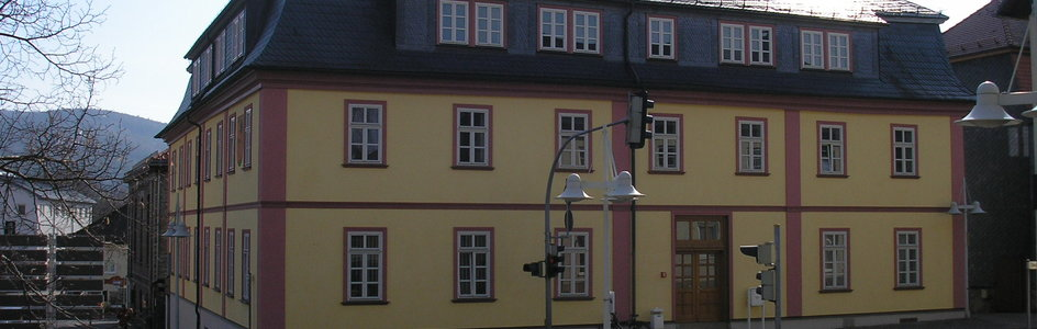 "Bild: Gehren (Quelle: ""Rathaus Gehren 2009"" von Michael Sander - Eigenes Werk. Lizenziert unter CC BY-SA 3.0 über Wikimedia Commons - https://commons.wikimedia.org/wiki/File:Rathaus_Gehren_2009.JPG#/media/File:Rathaus_Gehren_2009.JPG)"