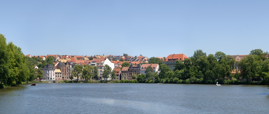 "Bild: Altenburg (Quelle: ""Altenburg - town pond 3 (aka)"" von André Karwath aka Aka - Eigenes Werk. Lizenziert unter CC BY-SA 2.5 über Wikimedia Commons - https://commons.wikimedia.org/wiki/File:Altenburg_-_town_pond_3_(aka).jpg#/media/File:Altenburg_-_town_pond_3_(aka).jpg)"