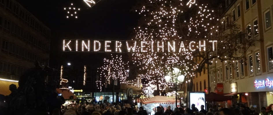 "Bild: Nürnberg (Quelle: ""Nürnberger Kinderweihnacht"" von Cherubino - Eigenes Werk. Lizenziert unter CC-BY-SA 4.0 über Wikimedia Commons - https://commons.wikimedia.org/wiki/File:N%C3%BCrnberger_Kinderweihnacht.JPG#/media/File:N%C3%BCrnberger_Kinderweihnacht.JPG)"