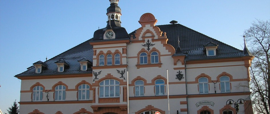 "Bild: Hermsdorf (Quelle: ""Rathaus Hermsdorf"" von Michael Sander - Eigenes Werk (selbst fotografiert). Lizenziert unter CC BY-SA 3.0 über Wikimedia Commons - https://commons.wikimedia.org/wiki/File:Rathaus_Hermsdorf.JPG#/media/File:Rathaus_Hermsdorf.JPG)"