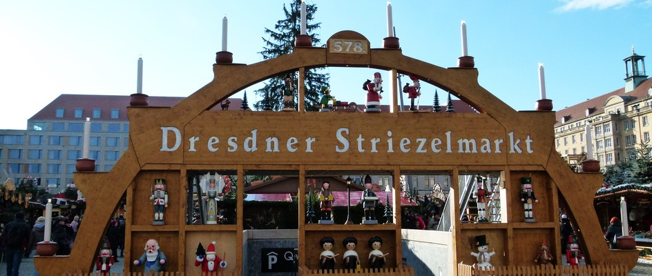 "Bild: Dresden (Quelle: ""Striezelmarkt 578-2012 Dresden 01"" von Brücke-Osteuropa - Eigenes Werk. Lizenziert unter CC0 über Wikimedia Commons - https://commons.wikimedia.org/wiki/File:Striezelmarkt_578-2012_Dresden_01.JPG#/media/File:Striezelmarkt_578-2012_Dresden_01.JPG)"